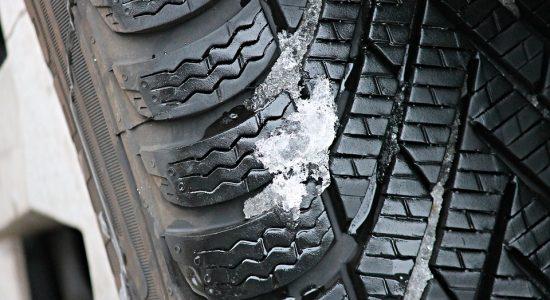 Pneu de voiture couvert de neige